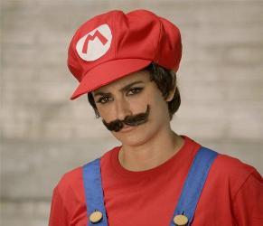 """Mario Bros se vuelve """"mujer"""", siempre con su peculiar bigote"""