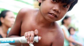 Con tu teléfono puedes brindarle agua limpia a millones de niños en el mundo.